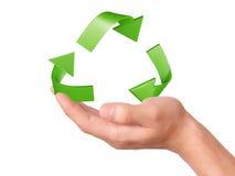 Main tenant le symbole de réutilisation vert Photos libres de droits