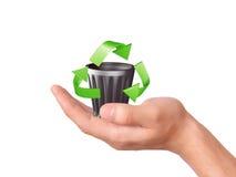 Main tenant le symbole de réutilisation vert Image stock