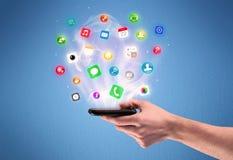 Main tenant le téléphone de comprimé avec des icônes d'APP Photo libre de droits
