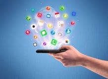 Main tenant le téléphone de comprimé avec des icônes d'APP Images libres de droits