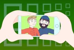 Main tenant le téléphone intelligent prenant la photo de Selfie de deux hommes de hippie illustration libre de droits