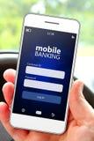 Main tenant le téléphone portable avec la page d'identifiez-vous d'opérations bancaires photos libres de droits