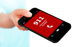 Main tenant le téléphone portable avec le numéro d'urgence 911 Images libres de droits