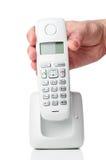 Main tenant le téléphone sans fil photographie stock