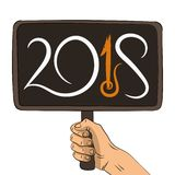Main tenant le tableau en bois avec le texte 2018 illustration libre de droits