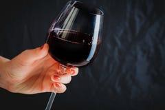 Main tenant le verre de vin rouge Image libre de droits
