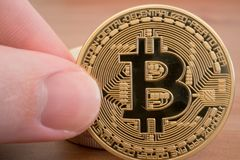 Main tenant le vrai bitcoin d'or Images stock
