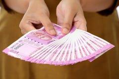 Main tenant 2000 notes de roupie Images libres de droits