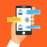 Main tenant Smartphone causant avec le concept de Bot de causerie Vecteur Images stock