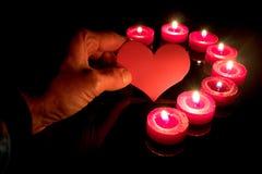 Main tenant un coeur Fonds de jour du ` s de Valentine Image libre de droits