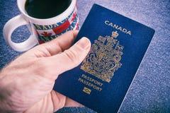 Main tenant un passeport canadien photo libre de droits