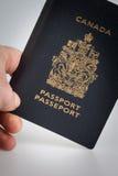 Main tenant un passeport canadien images stock