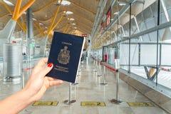 Main tenant un passeport canadien juste avant l'embarquement photographie stock