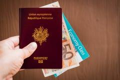 Main tenant un passeport français photographie stock libre de droits