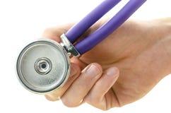 Main tenant un stéthoscope médical vers vous photographie stock libre de droits