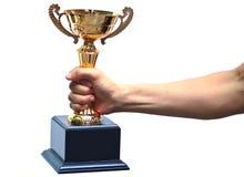 Main tenant un trophée images stock