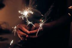 Main tenant une lumière de Bengale brûlante de cierge magique L'espace pour le texte Bu Photographie stock libre de droits
