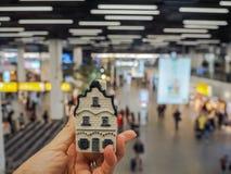 Main tenant une maison néerlandaise traditionnelle dans la porcelaine bleue de Delft images stock