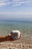 Main tenant une pierre en forme de coeur naturelle Photographie stock