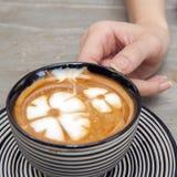Main tenant une tasse de café Images libres de droits