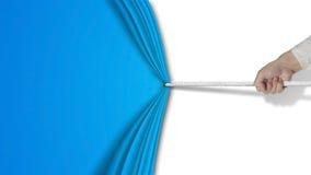 Main tirant le rideau bleu ouvert avec le fond blanc vide Photo stock