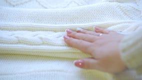 Main touchant la laine de chandail qui est chaudement confortable pour porter banque de vidéos