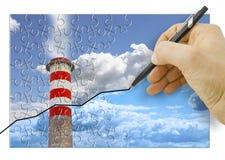 Main traçant un graphique au sujet des émissions de CO2 en atmosphère - image de concept photos stock