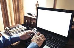Main utilisant l'ordinateur portable sur la table de fonctionnement malpropre, avec le copysapce blanc Ton de vintage Photo stock