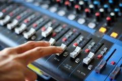 Main utilisant la console de mélange, esprit de mélange de bureau de studio d'enregistrement sonore image libre de droits