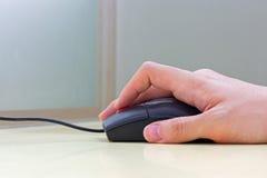 Main utilisant la souris Photo libre de droits