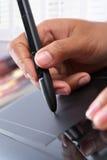 Main utilisant la tablette digitale de crayon lecteur Photographie stock libre de droits