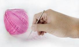 Main utilisant une goupille avec le fil Photo stock