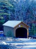 Maine-überdachte Brücke im Winter mit Schnee Lizenzfreie Stockbilder