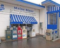 Maine Diner com seis suportes de jornal Wells Maine foto de stock royalty free