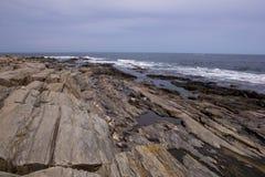 Maine-kustlijn - de mening van de Atlantische Oceaan Stock Afbeeldingen