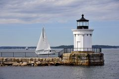 Maine latarnia morska Prowadzi żaglówkę na letnim dniu w Maine obrazy royalty free