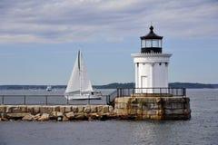 Maine Lighthouse Guides Sailboat en un día de verano en Maine imágenes de archivo libres de regalías