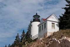 Maine Lighthouse Over Rocky Cliff Lizenzfreies Stockbild
