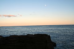 Maine-oceaan met maan Royalty-vrije Stock Foto's