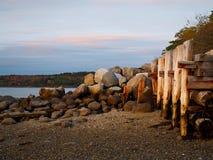 Maine Scene litoral com pilhas de madeira imagens de stock