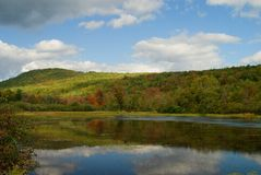 Maine-Teichreflexionen im Fall Lizenzfreies Stockfoto
