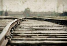 Maingate και σιδηρόδρομος στο ναζιστικό στρατόπεδο συγκέντρωσης Auschwitz Birkenau Η επίδραση με το υπόβαθρο grunge, επινοεί την  στοκ εικόνες