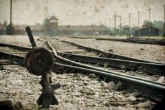 Maingate και σιδηρόδρομος στο ναζιστικό στρατόπεδο συγκέντρωσης Auschwitz Birkenau Η επίδραση με το υπόβαθρο grunge, επινοεί την  στοκ φωτογραφία με δικαίωμα ελεύθερης χρήσης
