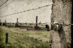 Maingate και σιδηρόδρομος στο ναζιστικό στρατόπεδο συγκέντρωσης Auschwitz Birkenau Η επίδραση με το υπόβαθρο grunge, επινοεί την  στοκ εικόνα