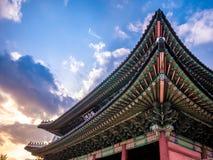 Maingate στο μπλε ουρανό φωτισμού ηλιοφάνειας παλατιών Changdeokgung είναι ένα διάσημο τουριστικό αξιοθέατο στη Σεούλ, Νότια Κορέ στοκ εικόνες