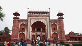 Maingate av Taj Mahal, Agra, Indien stock video
