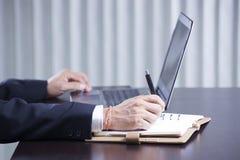 Mains écrivant au document d'entreprise Images libres de droits