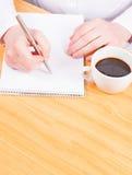 Mains écrivant avec du café, prévoyant Photographie stock libre de droits