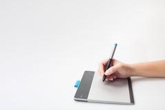 Mains écrivant sur le comprimé numérique Photographie stock libre de droits