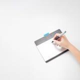 Mains écrivant sur le comprimé numérique Photos libres de droits